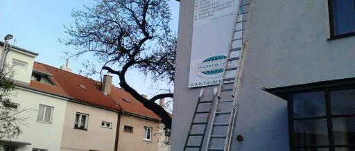 Reklamní banner, Praha: Montáž