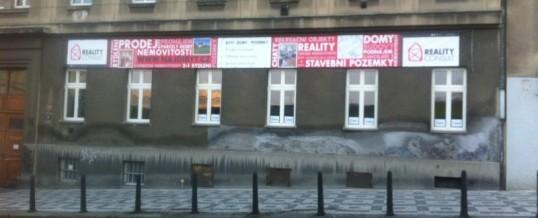 Reklamní plachta, Praha: Montáž